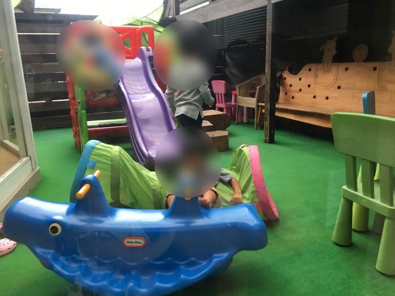子やぎのかくれんぼ(松山市平井店)の中庭の遊具で遊ぶ子供
