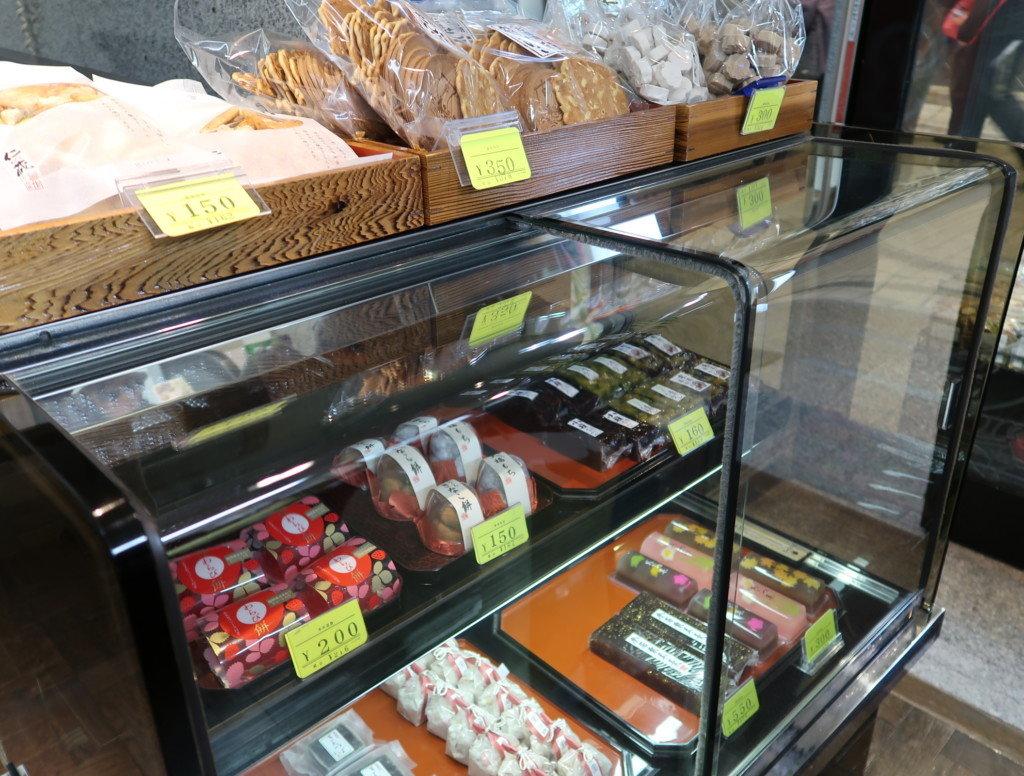つぼやの店舗内で販売されているお菓子
