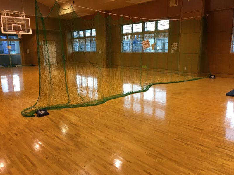南部児童館(松山市)の体育館にネットが貼られてある様子