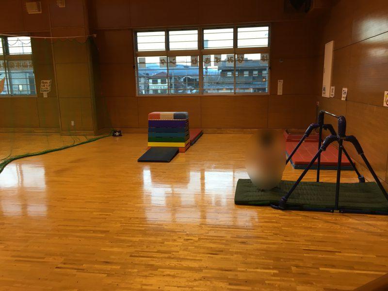 南部児童館(松山市)の体育館にあるマット・鉄棒・跳び箱