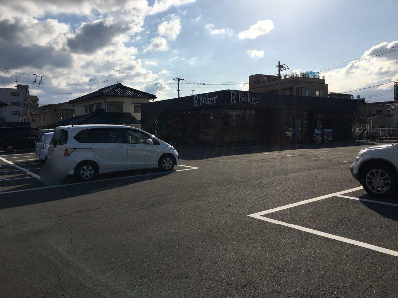 アールベイカー,駐車場