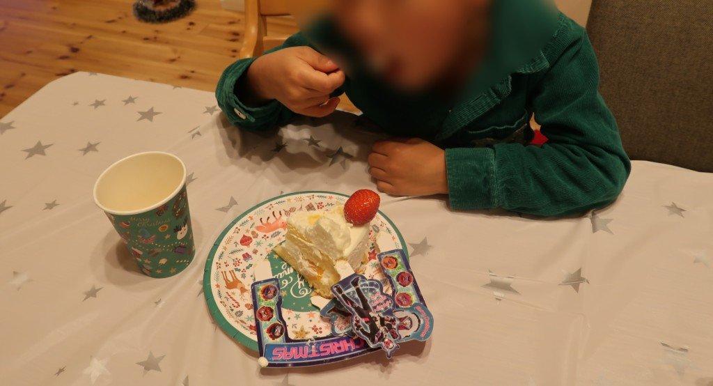 キャラデコクリスマスケーキを食べる子供の様子