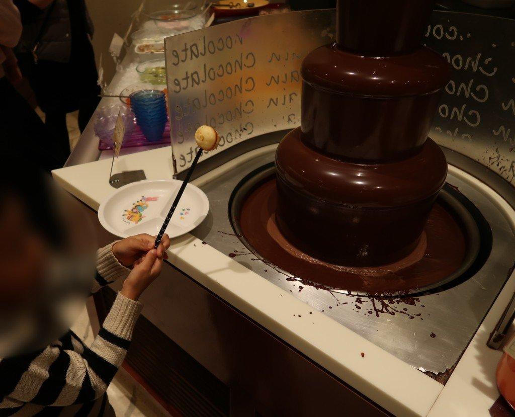 太陽のごちそう(エミフルMASAKI)のチョコレートファウンテンを楽しむ子供