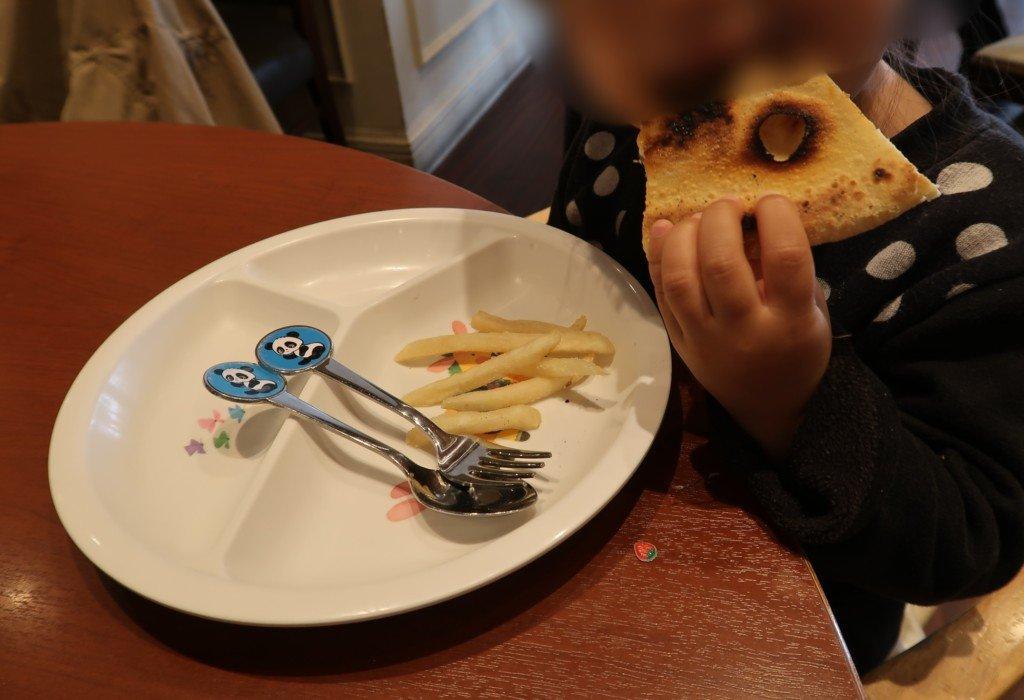 太陽のごちそう(エミフルMASAKI)のピザを食べる子供