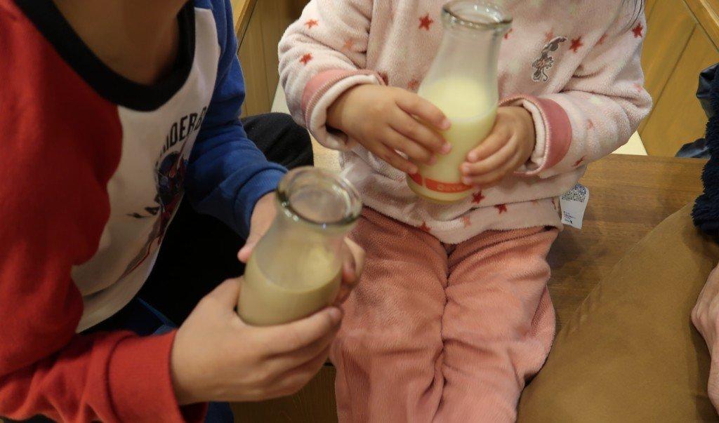 飛鳥乃湯で入浴後に牛乳を飲む子供