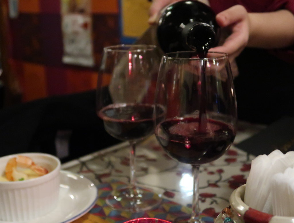 アミティエ(松山)クリスマスディナーの高級なワイン(イタリア産コレッツィオーネ)が注がれる様子