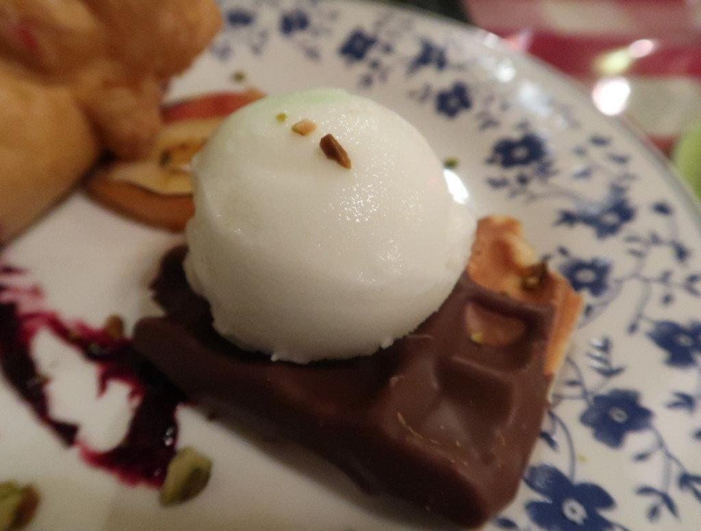 アミティエ(松山)クリスマスディナーのデザート(ブーション・シャンパニュ、洋梨のカスタードワッフル)