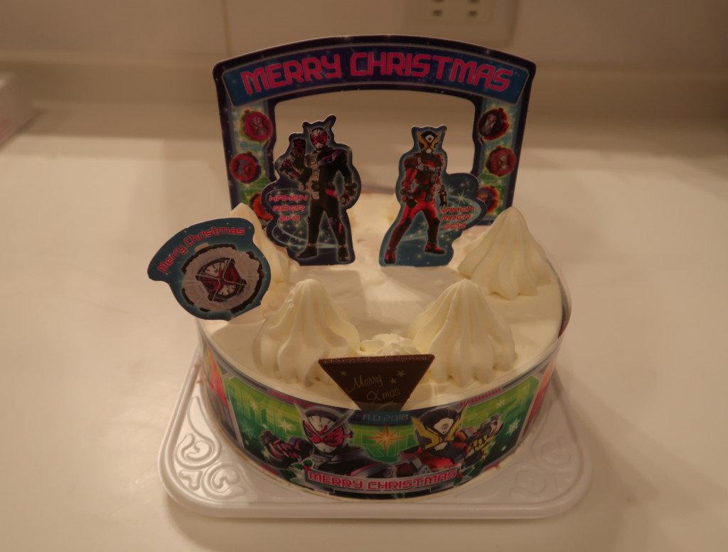 キャラデコクリスマスケーキを飾り付ける様子