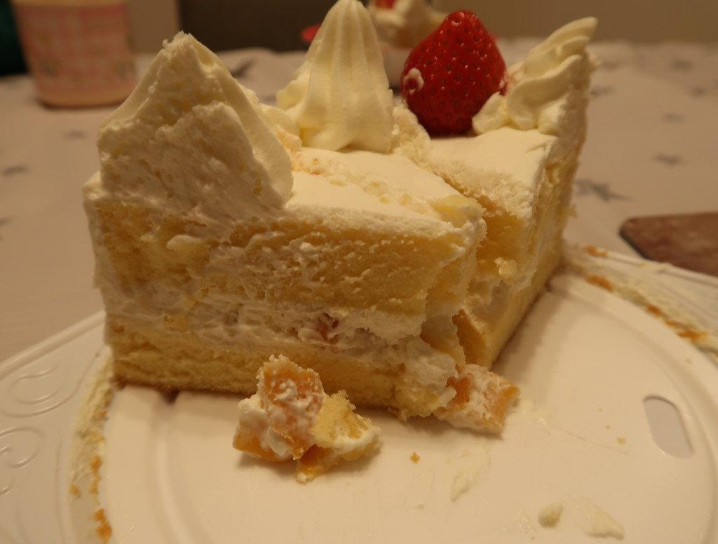 キャラデコクリスマスケーキの中のフルーツ