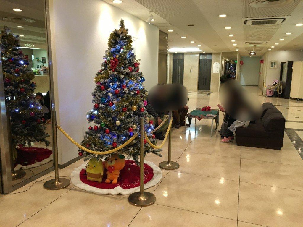 ホテルサンルート松山のロビーにあるクリスマスツリー