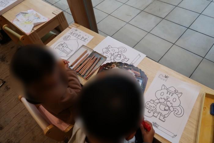 母恵夢スイーツパークで塗り絵を楽しむ子供