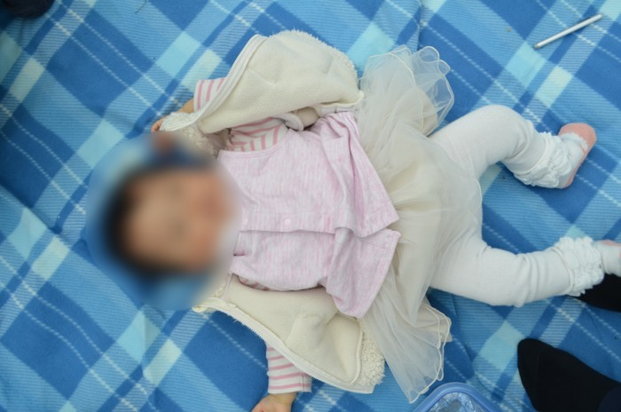 起毛素材のレジャーシートに寝る赤ちゃん