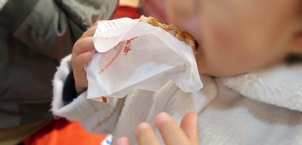寺子屋本舗の煎餅を食べる子供