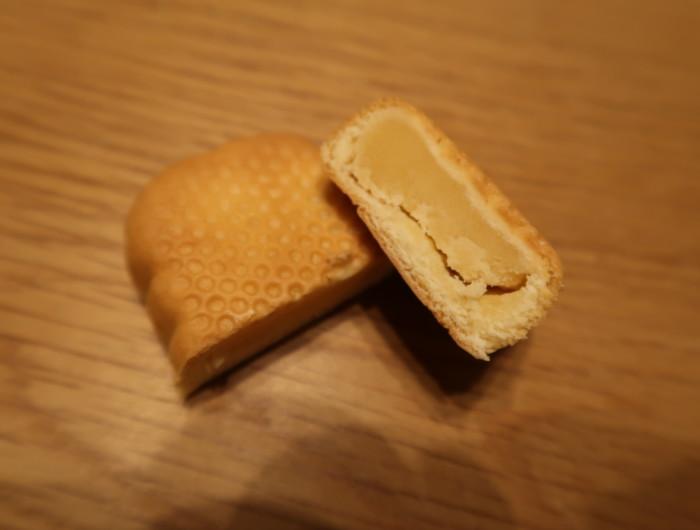 母恵夢(クリームチーズ味)をカットした様子