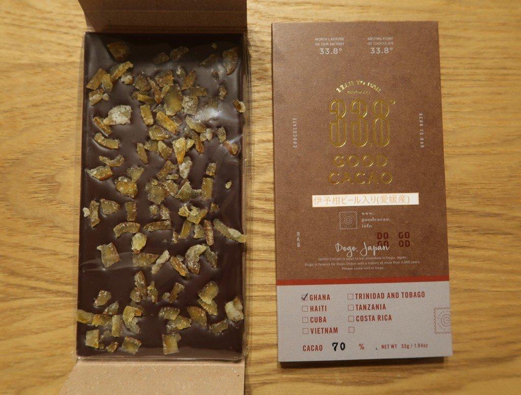 33.8° GOOD CACAO(道後店)の伊予柑ピール入りチョコレートを開封した様子