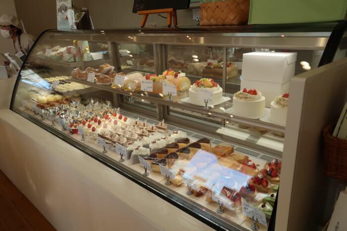 パティスリー・ラポール(本店)のケーキのショーウィンドウ