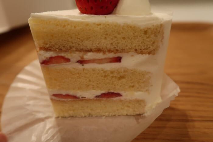 パティスリー・ラポール(本店)で購入した苺のショートケーキの断面