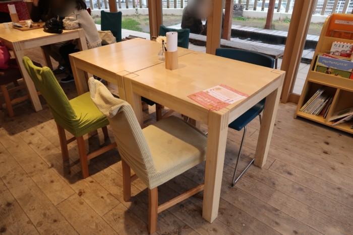 母恵夢スイーツパークのイートインスペースのテーブル