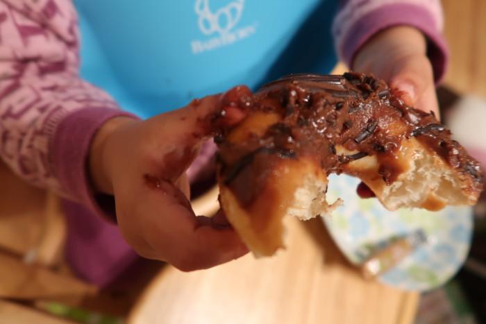 いよてつ高島屋の全国うまいもの味めぐりで購入したクリスピードーナツを食べる子供達