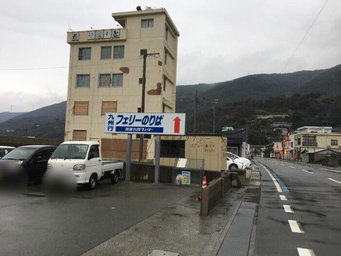 三崎港の駐車場前の道路