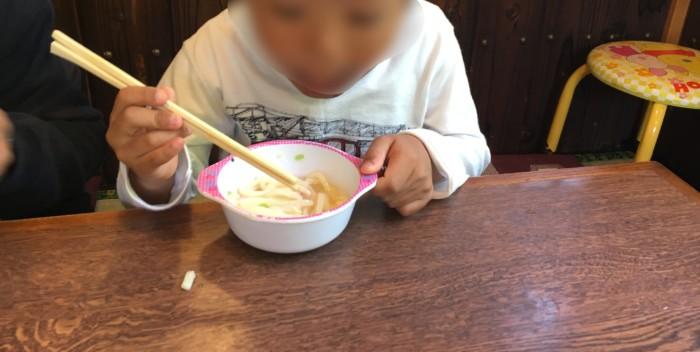 もく兵衛(宇和島)のうどんを食べる子供