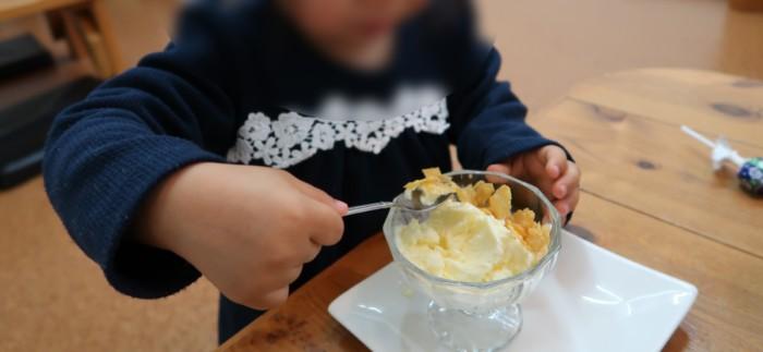 子やぎのさんぽのアイスクリームを食べる子供