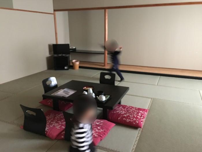 ホテル&リゾーツ別府湾の客室を走り回る子供