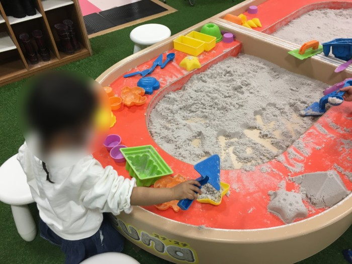 フジグラン重信のあそびパークのホワイトサンドPLUSで遊ぶ子供