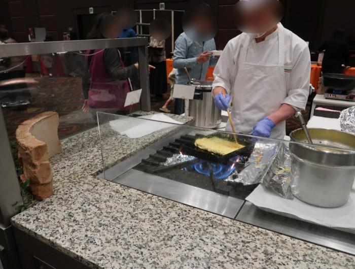 ホテル&リゾーツ別府湾,朝食のバイキングで卵焼きを焼くシェフ