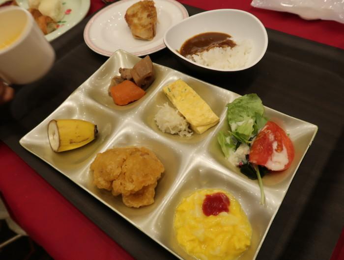 ホテル&リゾーツ別府湾,朝食バイキングを食べる様子