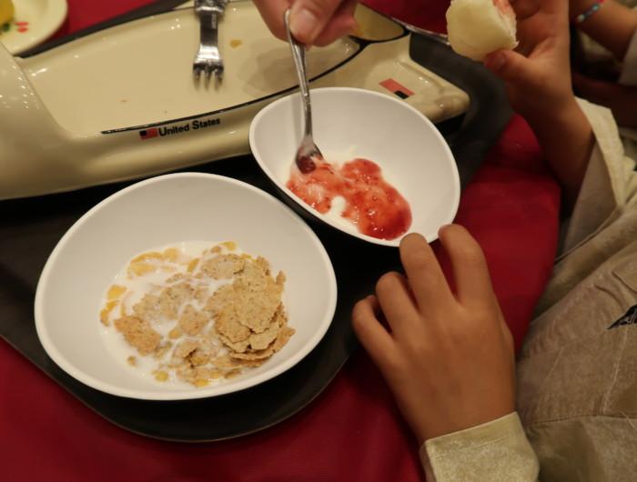 ホテル&リゾーツ別府湾,朝食バイキングを食べる子供