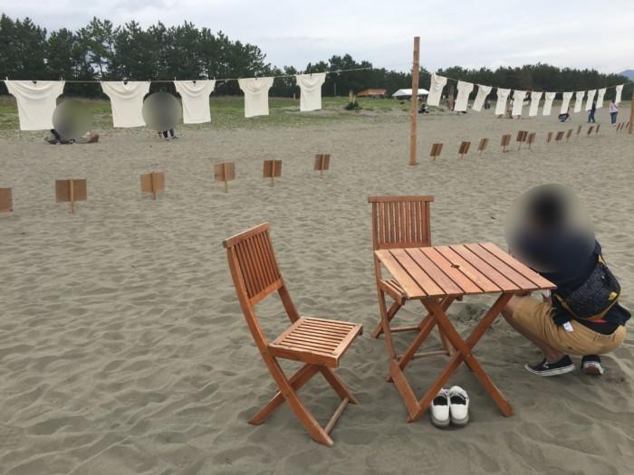高知Tシャツアート展,砂浜のテーブル席