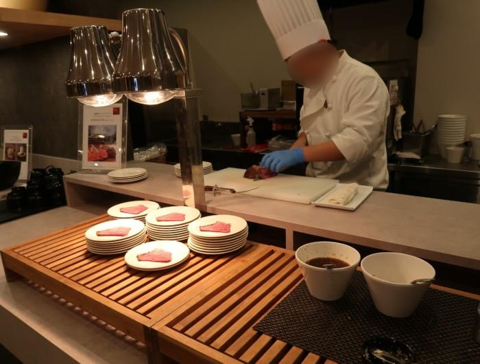 亀の井ホテルバイキング『別府ボールドキッチン』でシェフがローストビーフを切る様子