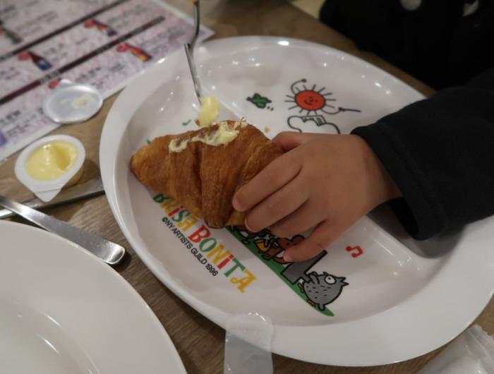 亀の井ホテルバイキング『別府ボールドキッチン』のパンにバターを塗る子供