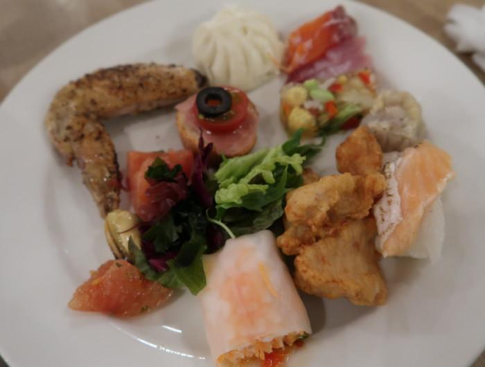 亀の井ホテルバイキング『別府ボールドキッチン』の夕食の料理をお皿に盛った画像