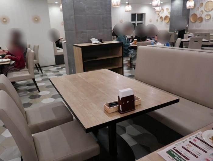 亀の井ホテルバイキング『別府ボールドキッチン』のテーブル席