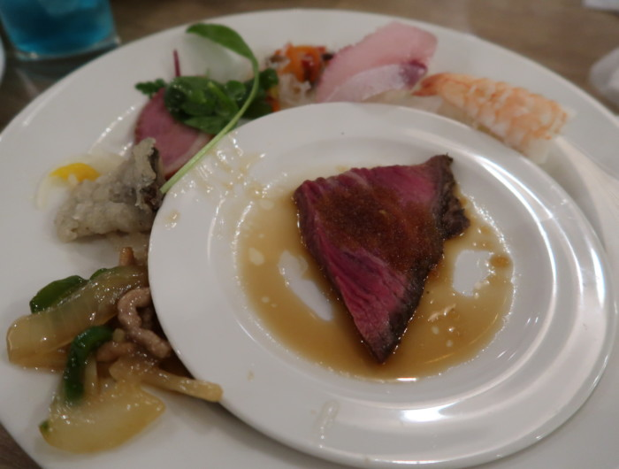 亀の井ホテルバイキング『別府ボールドキッチン』夕食の料理をお皿に盛った様子