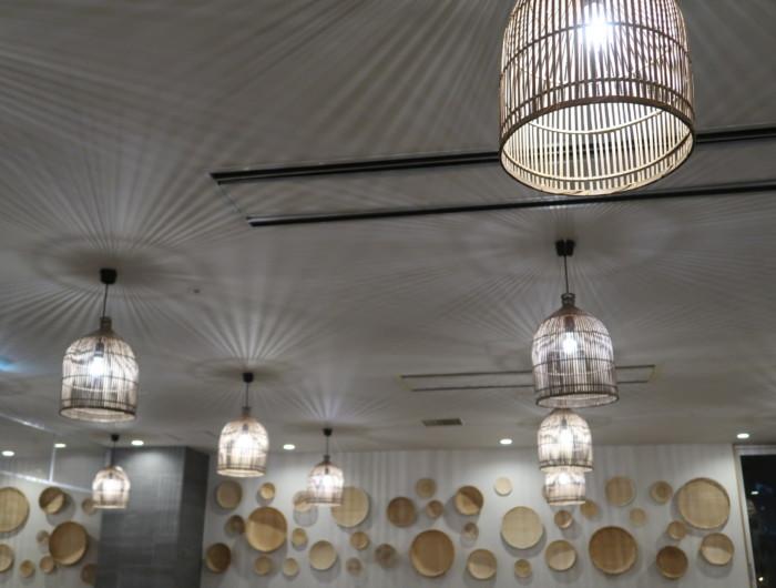 亀の井ホテルバイキング『別府ボールドキッチン』の天井の照明