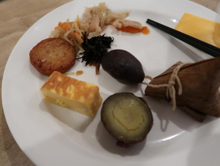 亀の井ホテルバイキング『別府ボールドキッチン』の朝食のバイキングをお皿に盛った様子