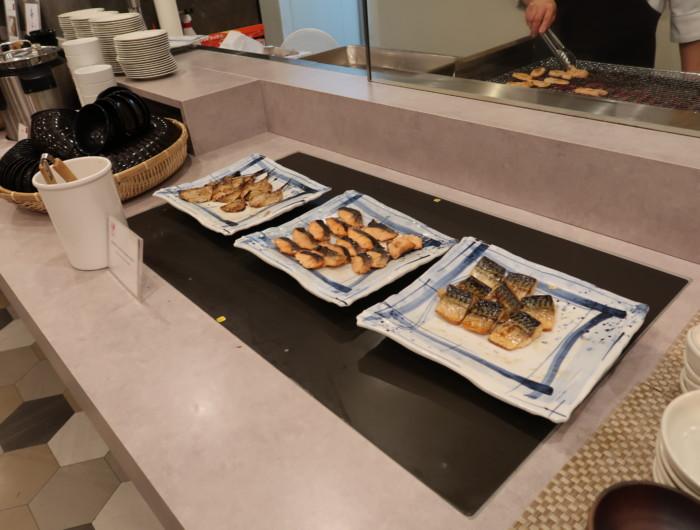 亀の井ホテルバイキング『別府ボールドキッチン』の朝食のメニュー(焼き魚)