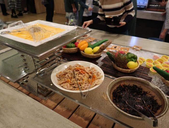 亀の井ホテルバイキング『別府ボールドキッチン』の朝食のメニュー(ひじきの煮物・きんぴら)