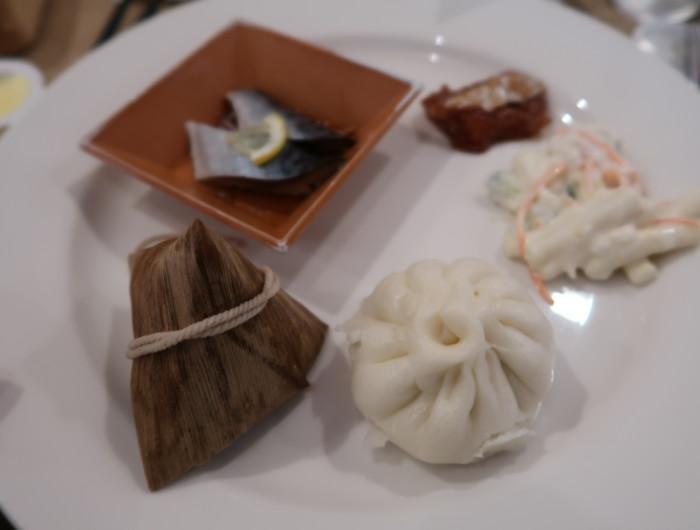 亀の井ホテルバイキング『別府ボールドキッチン』の朝食の料理をお皿に盛った様子