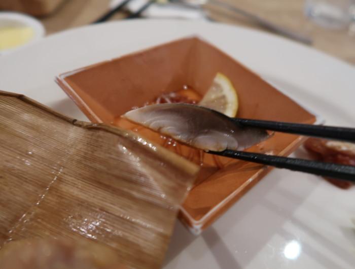 亀の井ホテルバイキング『別府ボールドキッチン』の料理を食べる様子