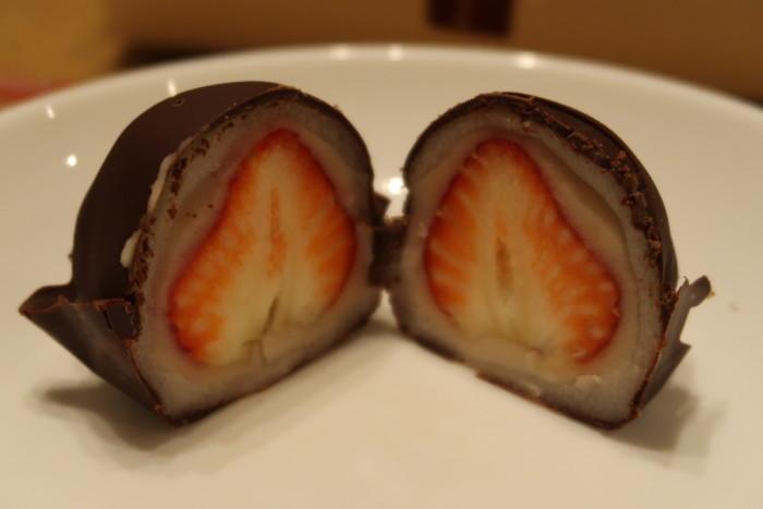 夢菓房たからのチョコいちご大福の断面
