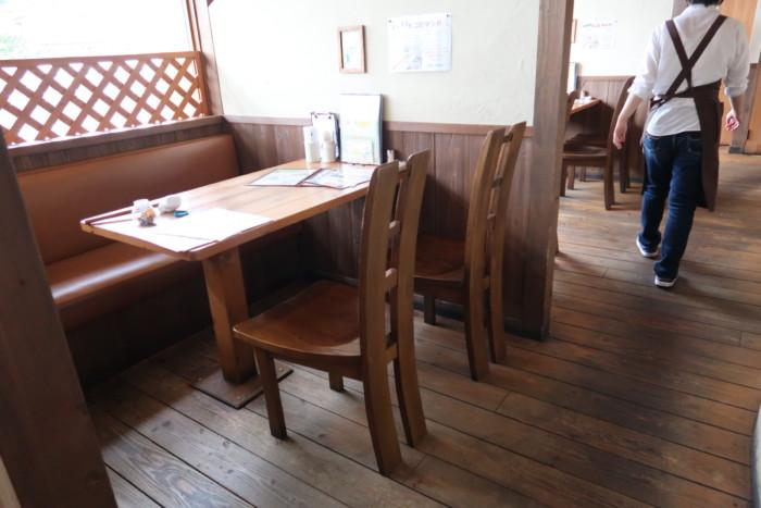 子やぎのさんぽのテーブル席