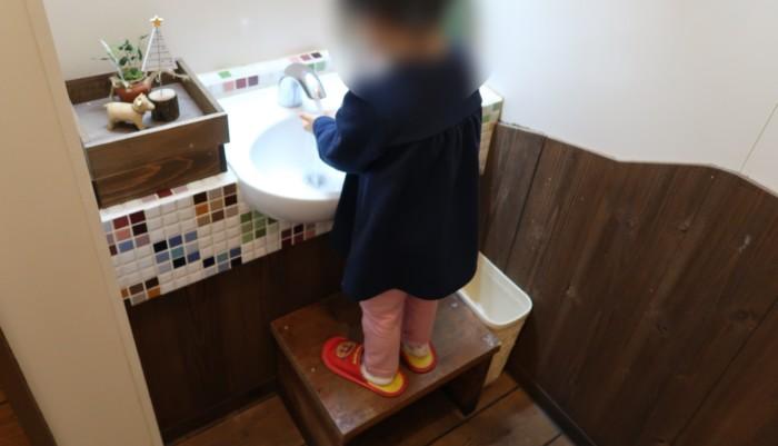 子やぎのさんぽの洗面所で手を洗う子供
