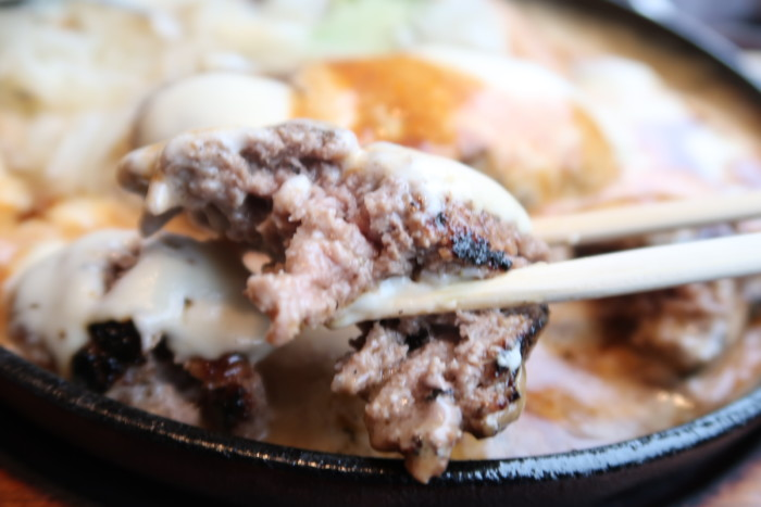 俵屋(今治)の超あらびきハンバーグを食べる様子