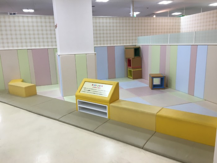 重信フジのキッズスペース(子供服売り場の近く)