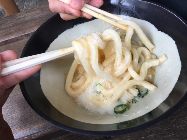 山越うどん(香川)のかまたまやまを混ぜる様子