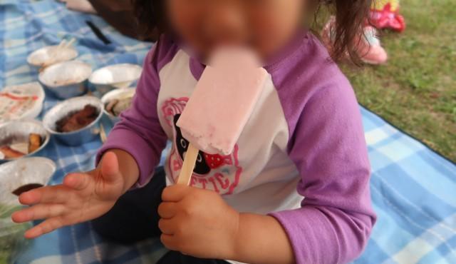 門田商店(かどみせ)のアイスを食べる子供